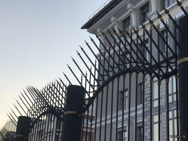 Здание ФСБ в Оренбурге огородили частоколом (3 фото)