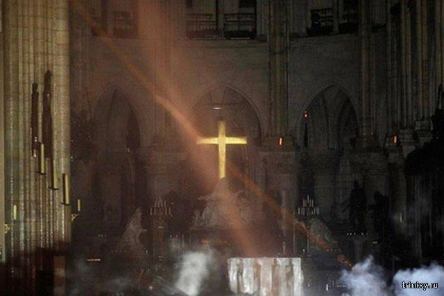 Пожар в Соборе Парижской Богоматери заставил некоторых людей поверить в чудеса (2 фото)