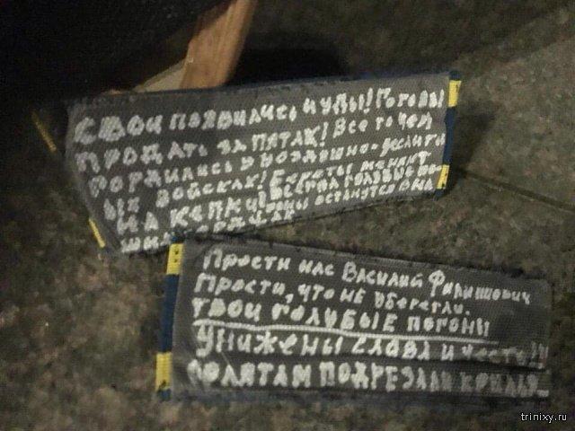 Рязанские курсанты-десантники выложили погоны у памятника Маргелову (4 фото)