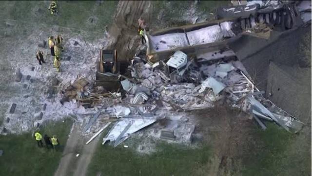 В Мичигане грузовик на скорости полностью снес дом (5 фото + видео)