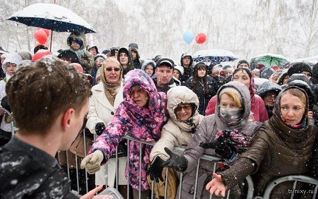 В Екатеринбурге испекли 4-тонный кулич. Люди распихивали его по сумкам (3 фото)