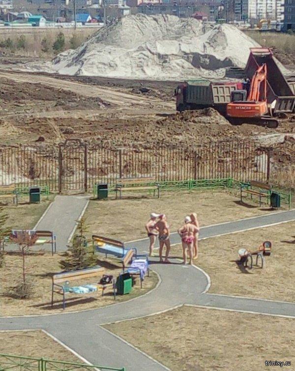 Тюменские пенсионеры решили позагорать (2 фото)