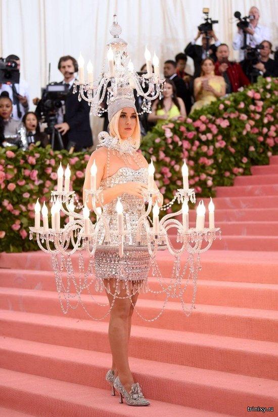 Кэти Перри появилась на Met Gala 2019 в наряде люстры (7 фото)