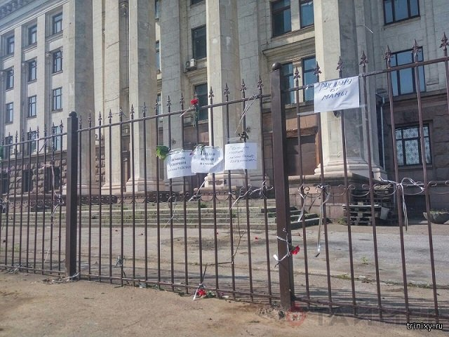 Вандалы сожгли памятные таблички и цветы у Дома профсоюзов в Одессе