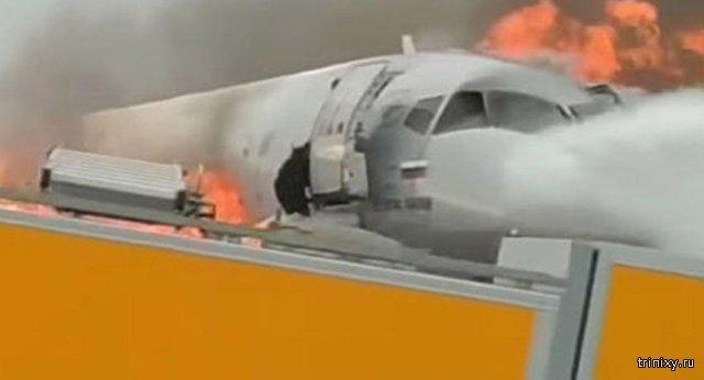 Пилот горящего в Шереметьево самолета сначала выбрался из кабины по тросу, а затем попытался вернуться обратно (5 фото)
