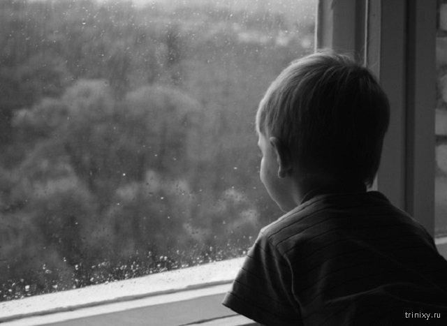 На Сахалине с балкона упал ребенок, но его успели поймать на растянутое одеяло