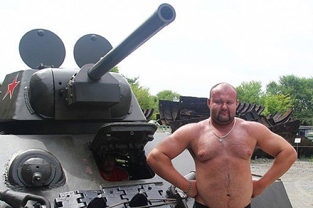 За победу! Пауэрлифтер из России протащил на себе трактор весом 18 тонн