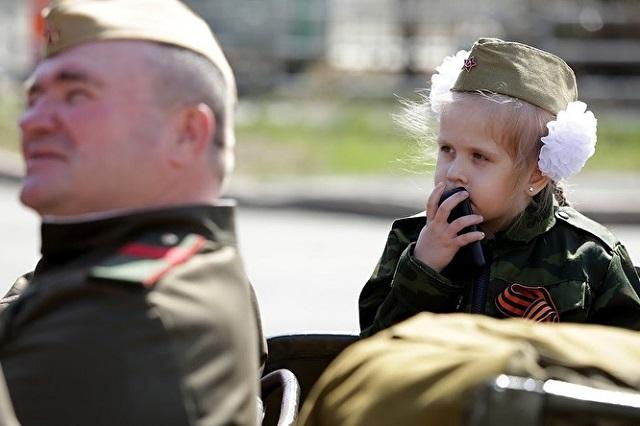 Наряжать детей в военную форму в День Победы - это патриотизм или карнавал? Мнения людей (7 фото)