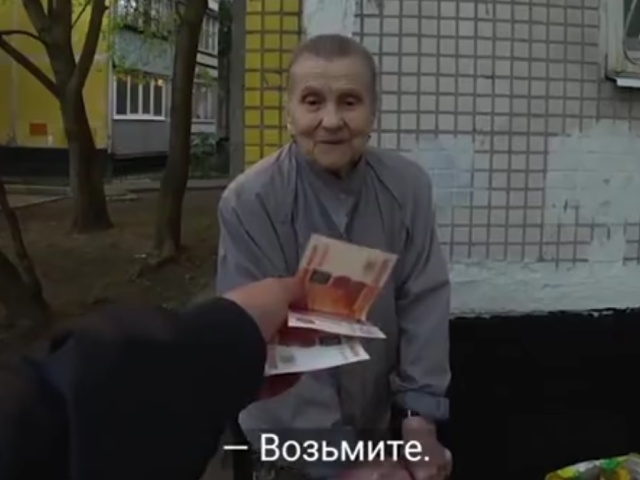 Парень раздал ветеранам 100 тысяч рублей (Видео)