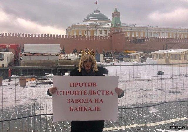 Сергей Зверев пришел на суд в короне. Его оштрафовали за пикет для защиты Байкала (2 фото)