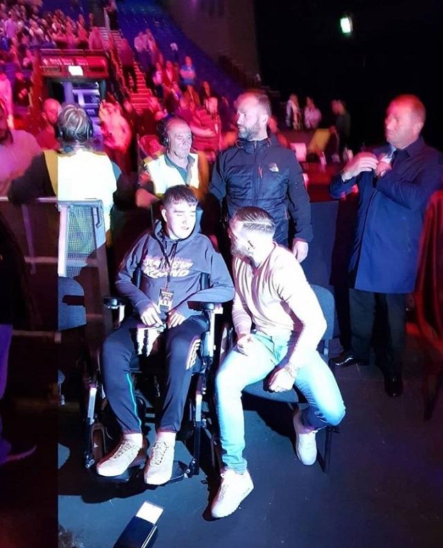 Макгрегор пригласил фаната на VIP-места посмотреть турнир (7 фото)
