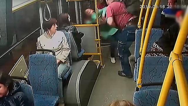 Пассажир выбросил кондуктора из автобуса из-за нежелания платить за сына