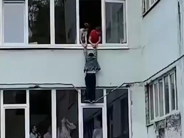 Паренёк из Ростова решил сбежать с уроков и выпрыгнуть из окна, но в процессе что-то пошло не так