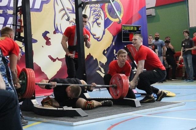 На чемпионате Евразии по пауэрлифтингу спортсмен Ярослав Радашкевич получил жуткую травму (6 фото + видео)