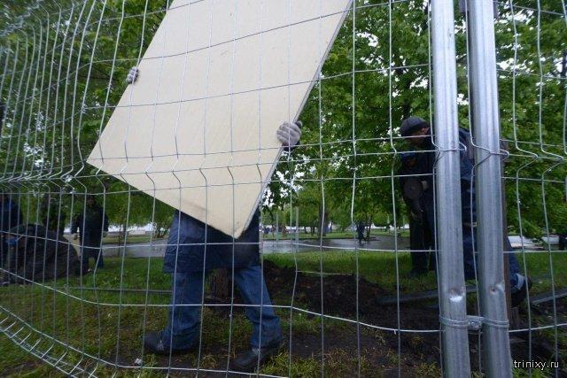 В сквере Екатеринбурга, где собирались построить храм, демонтировали забор (4 фото + видео)