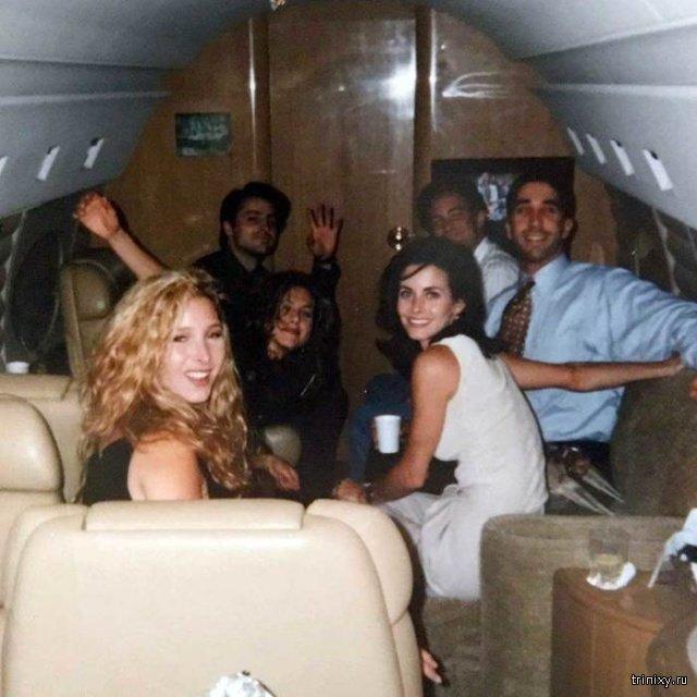 """Кортни Кокс опубликовала фото с актерами сериала """"Друзья"""" до того, как они стали знаменитыми"""