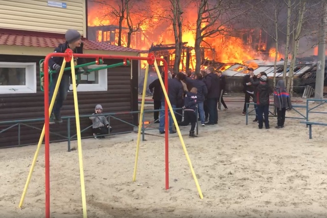 Невозмутимый мальчик на качелях рядом с пожаром в Ноябрьске