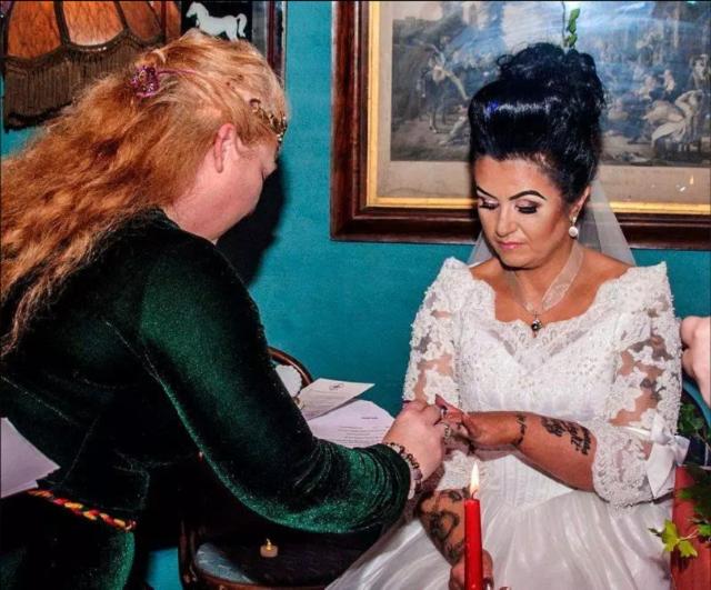 47-летняя ирландка вышла замуж за 300-летнего призрака пирата и чуть не умерла (6 фото)