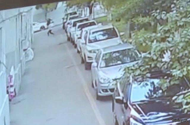 В Китае мужчина спас упавшего с 5 этажа малыша
