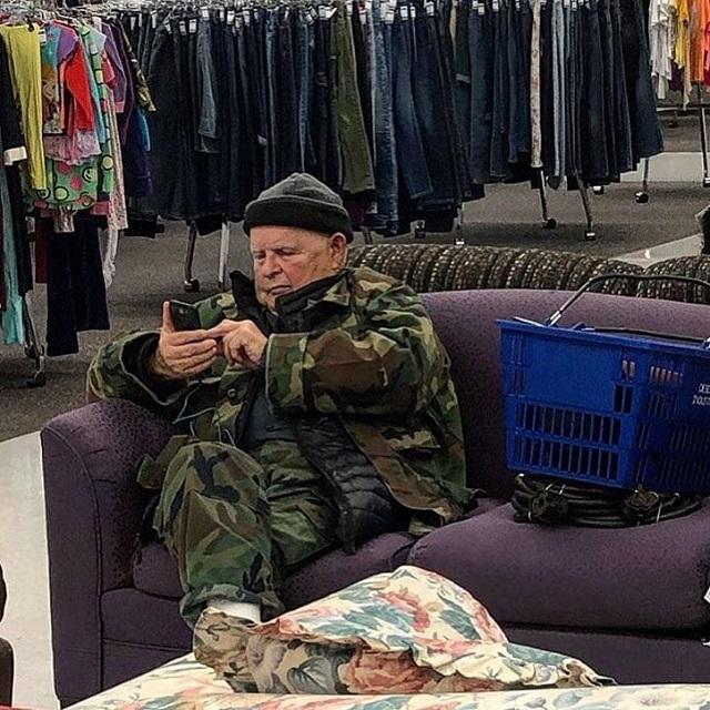 Тяжелой мужской судьбы пост. Подборка страдающих мужиков, ждущих своих дам в магазинах (20 фото)