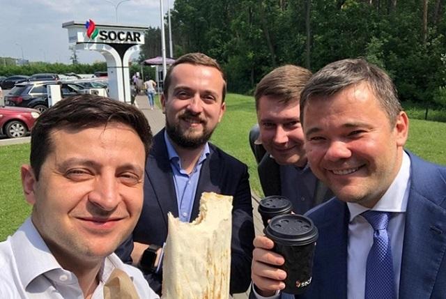 """Зеленский посоветовал чиновникам есть шаурму, чтобы """"быть ближе к народу"""""""