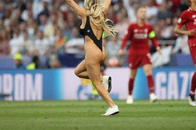 Звезда ЛЧ: Кинси Волански - блондинка в купальнике приостановила матч Тоттенхэм - Ливерпуль (20 фото + 2 видео)