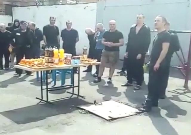 В Интернет попало видео, на котором криминальные авторитеты отмечают Пасху в колонии в Орловской области