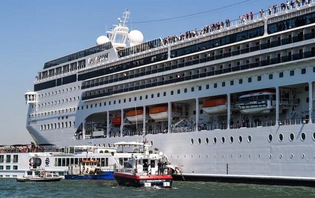 Би-бип. 13-палубный круизный лайнер врезался в причал в Венеции