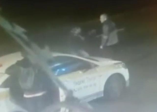 Пассажиру пришлось разнимать драку таксистов, чтобы доехать домой