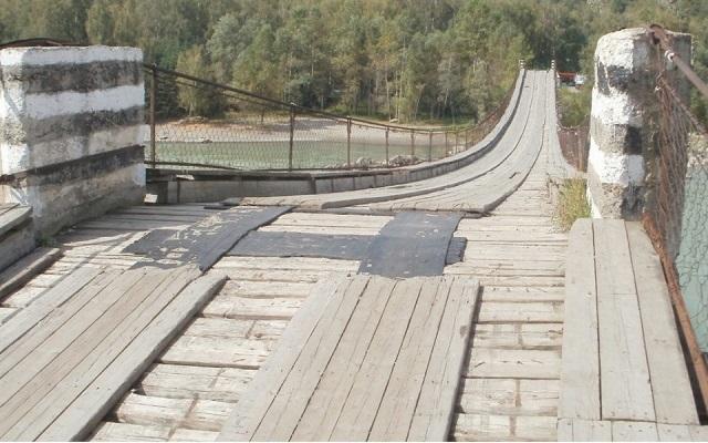 Девушка хотела спрыгнуть с моста в Катунь в Горном Алтае, но за секунду до суицида ее спас прохожий