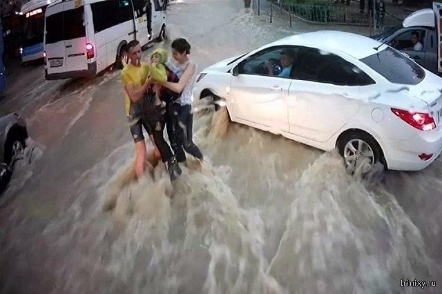 Во время ливня в Севастополе ребенка снесло течением прямо под колеса машины, но его вовремя спасли