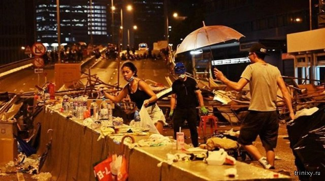 Участники протеста в Гонконге вновь вышли на улицы, чтобы убрать за собой мусор (9 фото)