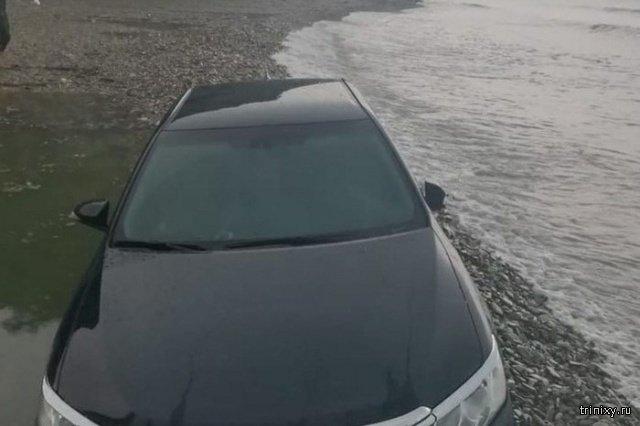 В Архипо-Осиповке на День России ребятам было так весело, что они чуть не утопили машину в море (3 фото)