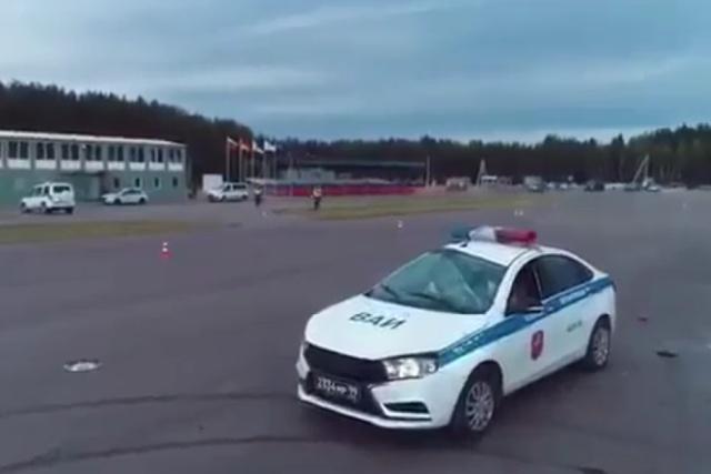 """""""Полицейский разворот"""" на Lada Vesta пошел не по плану"""