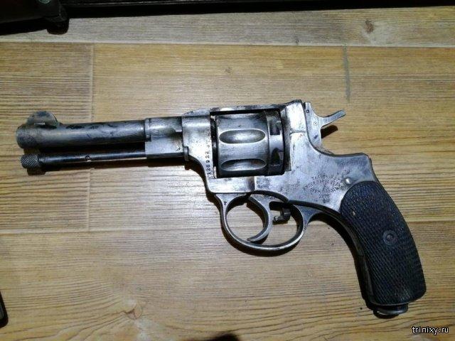 Полицейские изъяли арсенал раритетного оружия у жителя Саранска (5 фото)