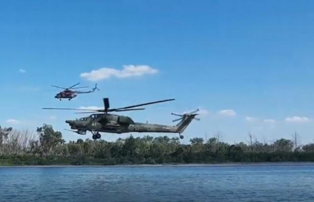 Внезапно. Два боевых вертолета пролетели буквально над головами отдыхающих на пляже под Ростовом