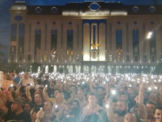 Протест перед зданием парламента в Тбилиси. Общество недовольно тем, что сессию генассамблеи МАП открыл российский депутат (10 фото + 5 видео)