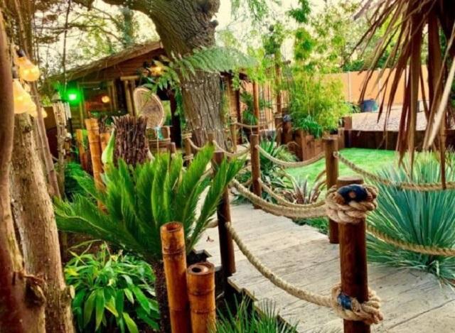 Англичанин решил извиниться перед женой за сорванный отпуск и построил на заднем дворе полноценный курорт (6 фото)