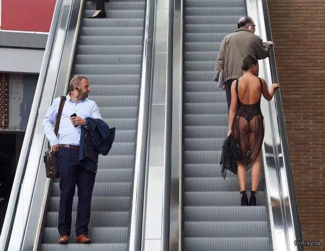 Смелый эксперимент: прогуляться по центру Лондона в прозрачном платье (13 фото)