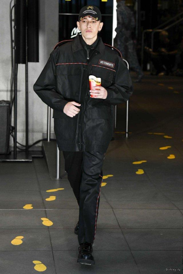 Модный бренд Vetements провел показ новой коллекции в парижском McDonald's (8 фото)