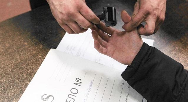 В Красноярском крае завуч втайне от всех сняла отпечатки пальцев у второклассников