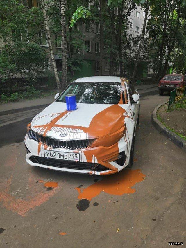 Жесткое наказание за парковку в неположенном месте (2 фото)