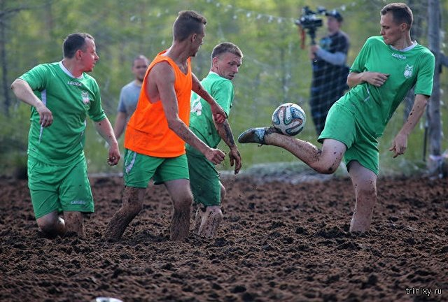 Болотный футбол в Ленинградской области (20 фото)