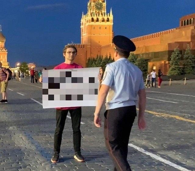 Блогера Руслана Соколовского задержали с провокационным плакатом