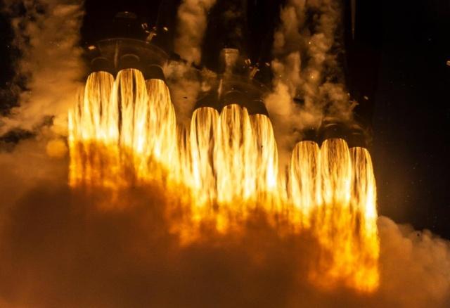 """SpaceX произвела успешный запуск Falcon Heavy и впервые """"поймала"""" носовой обтекатель (4 фото + видео)"""
