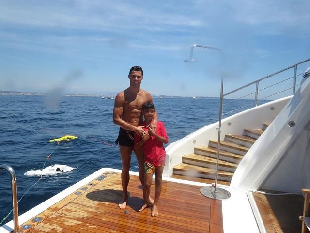 Криштиану Роналду выложил фото, на котором он отдыхает со своей семьей и нарвался на троллинг в Сети (9 фото)