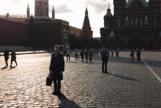 """Эпизоды из всемирно известных фильмов в типично """"наших"""" локациях (9 фото)"""