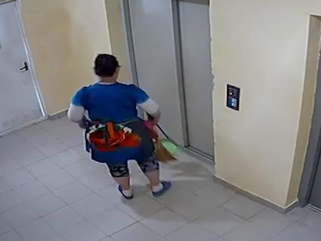 Экстренные меры у сломанного лифта