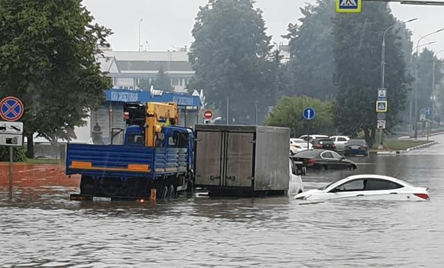 Из-за ремонта дорог и непогоды возле Шереметьево начался потоп (7 фото + 3 видео)
