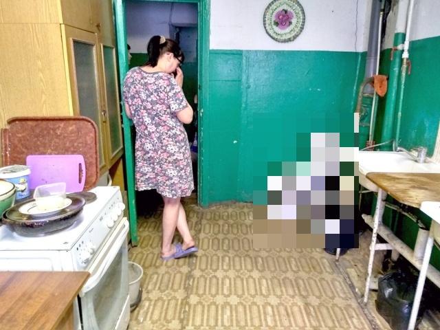 Жильцы общежития судятся из-за унитаза на общей кухне (2 фото)